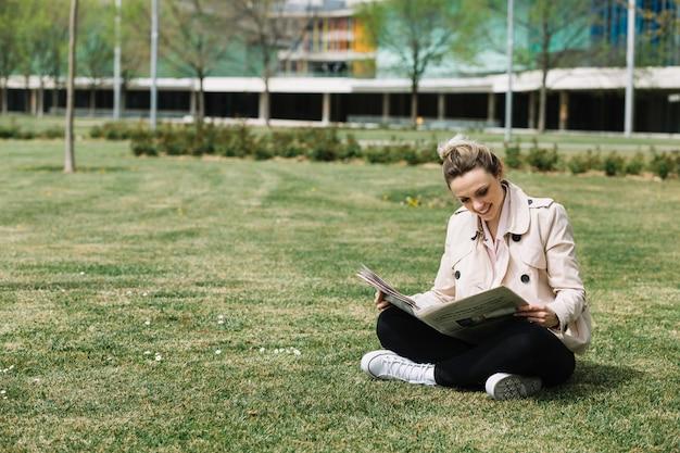 Mujer de negocios moderna relajando en parque