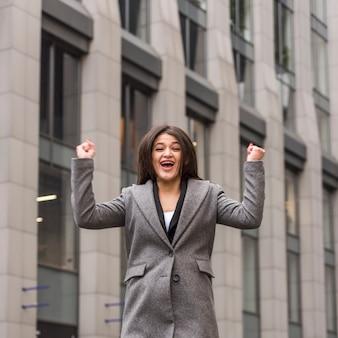 Mujer de negocios morena celebrando