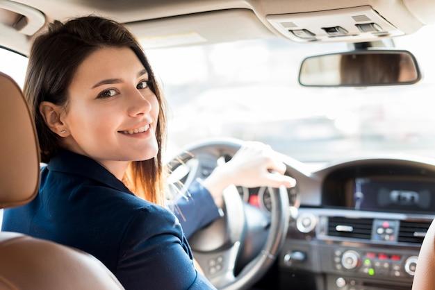 Mujer de negocios morena conduciendo