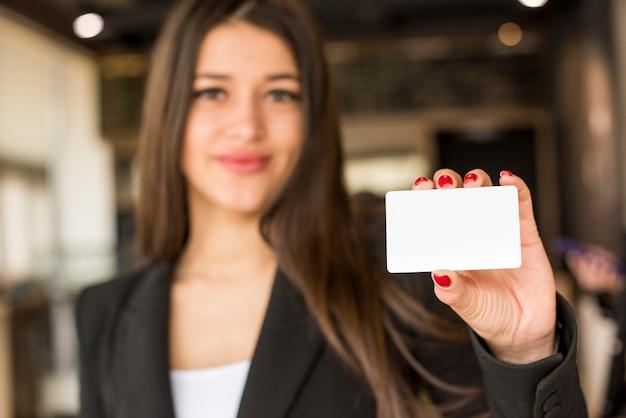Mujer de negocios morena enseñando tarjeta