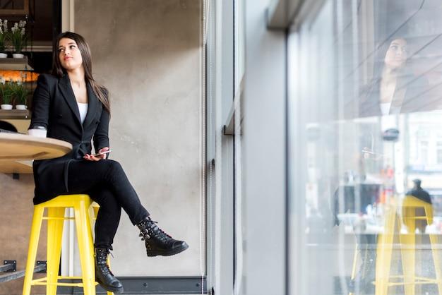 Mujer de negocios morena esperando