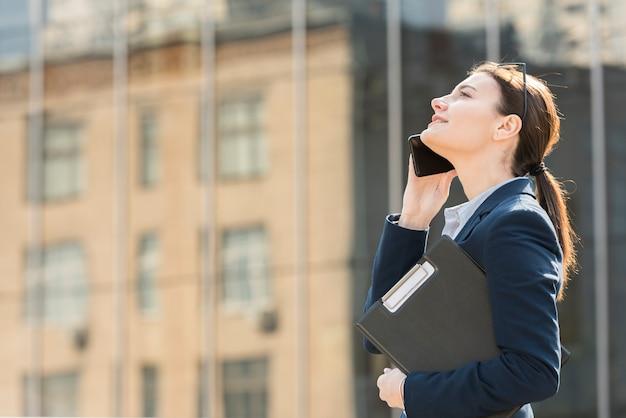 Mujer de negocios morena en el exterior