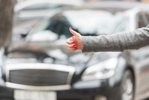 Mujer de negocios morena haciendo autostop