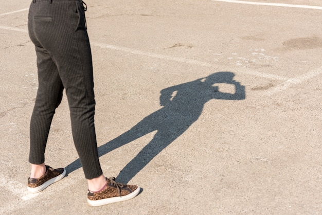 Mujer de negocios morena sombra en el exterior