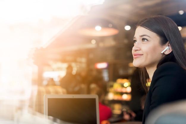Mujer de negocios morena sonriendo