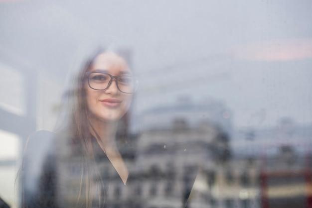 Mujer de negocios morena a través de un cristal