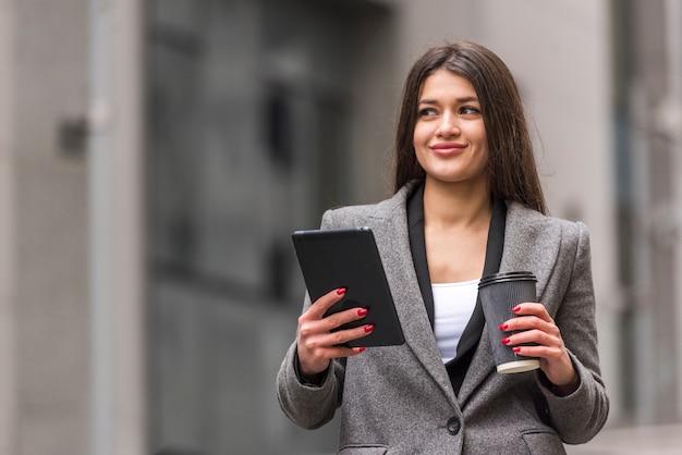 Mujer de negocios morena usando su tablet