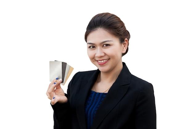 Mujer de negocios mostrar tarjeta de crédito en la mano