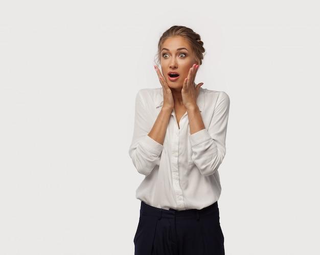 Una mujer de negocios muy sorprendida