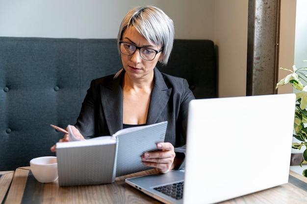 Mujer de negocios ocupada en maqueta de oficina