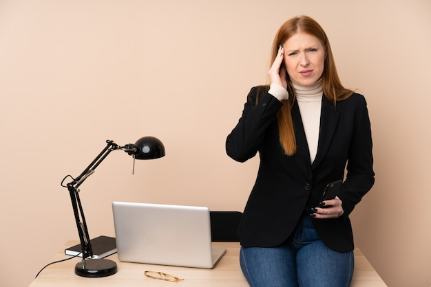 Mujer de negocios en una oficina infeliz y frustrada con algo. expresión facial negativa
