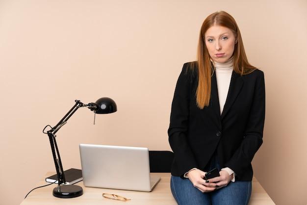Mujer de negocios en una oficina suplicando