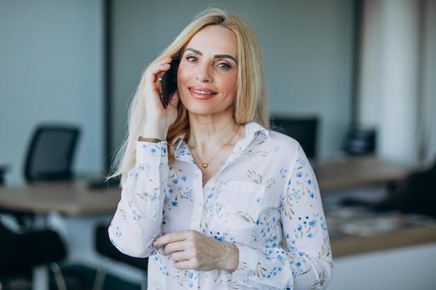 Mujer de negocios en la oficina con teléfono