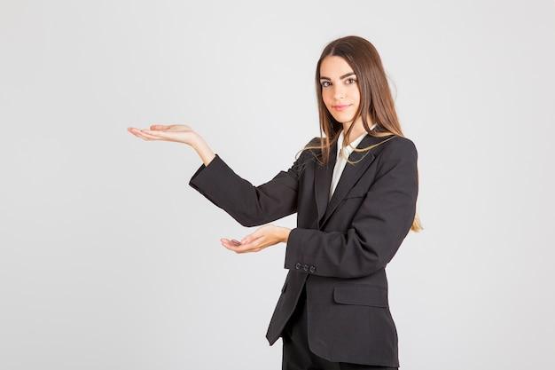 Mujer de negocios ofreciendo algo
