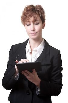 Mujer de negocios de pelo corto éxito usando tableta