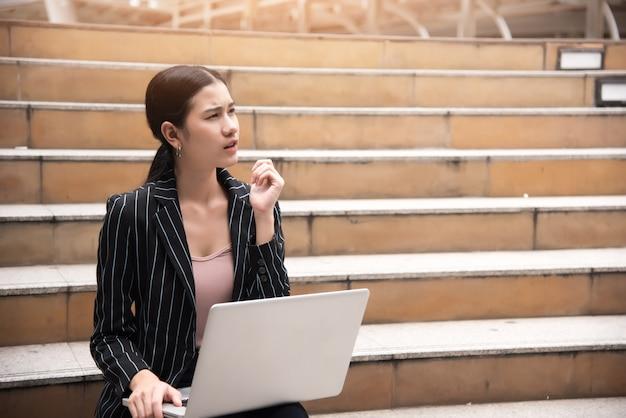 Mujer de negocios pensando en comenzar un nuevo proyecto en el exterior, el pensamiento empresarial y el concepto de resolución de problemas