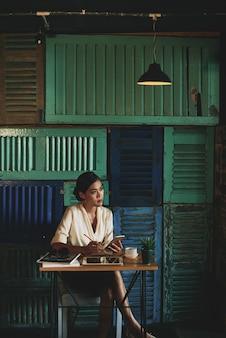 Mujer de negocios pensativa