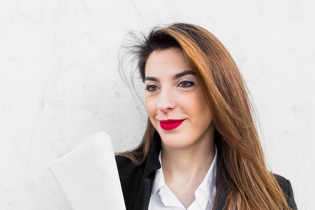 Mujer de negocios de pie con papeles
