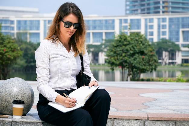Mujer de negocios planeando su día