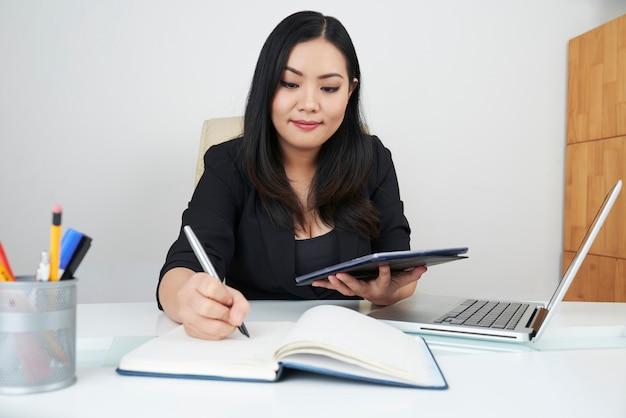 Mujer de negocios, planificación, trabajo