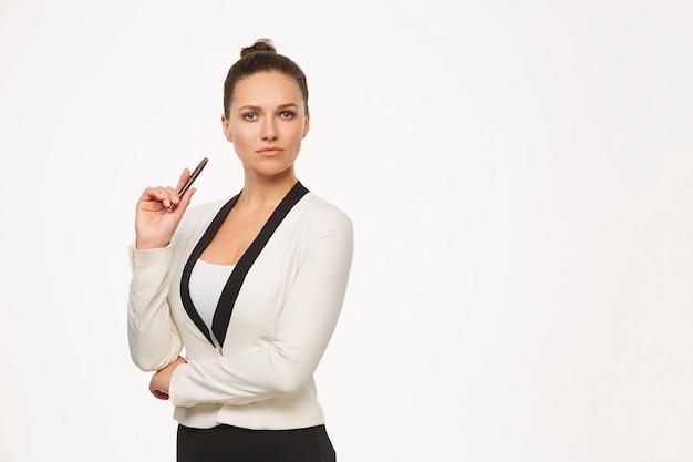 Mujer de negocios con pluma