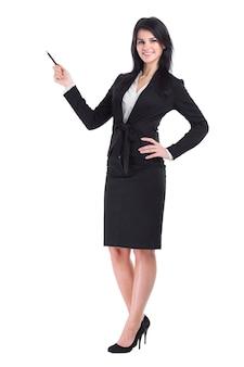Mujer de negocios con portapapeles apuntando al espacio de la copia