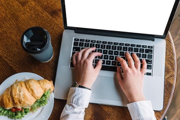 Mujer de negocios con portátil en cafetería