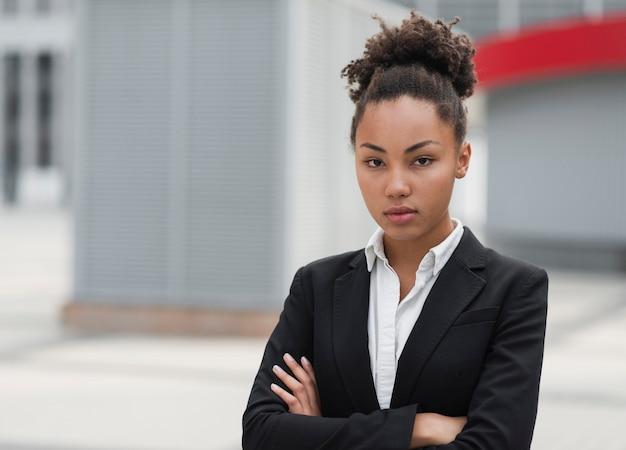 Mujer de negocios posando con los brazos cruzados