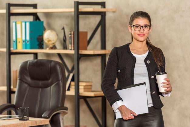 Mujer de negocios posando
