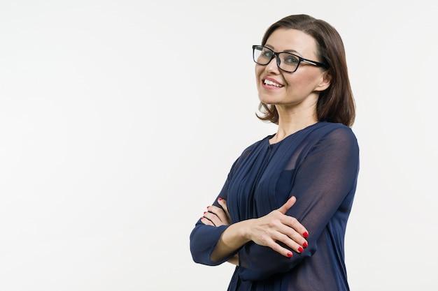 Mujer de negocios positiva de mediana edad
