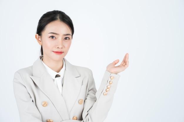 Mujer de negocios presenta perfil de empresa y producto. el gerente lleva traje y camisa blanca.