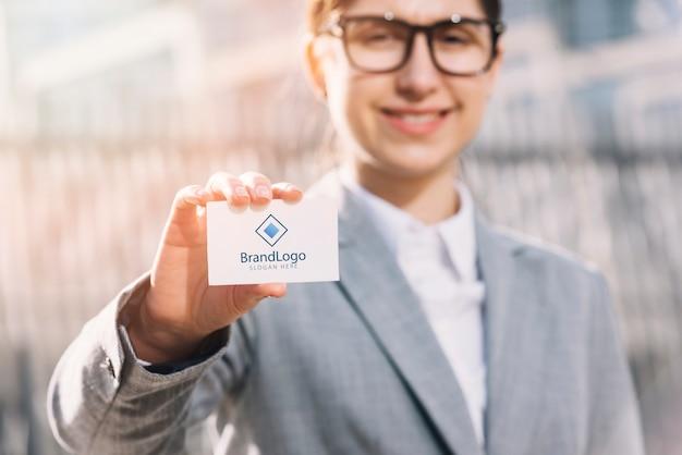 Mujer de negocios presentando tarjeta de visita