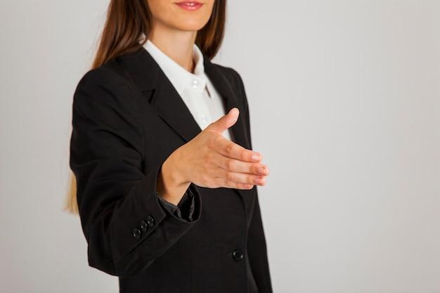 Mujer de negocios presentándose
