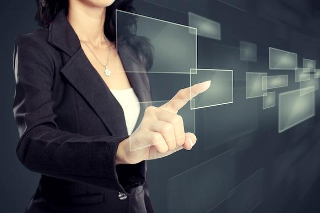 Mujer de negocios presionando el botón de medios virtuales