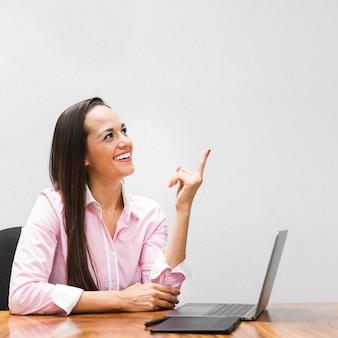 Mujer de negocios que apunta a algo