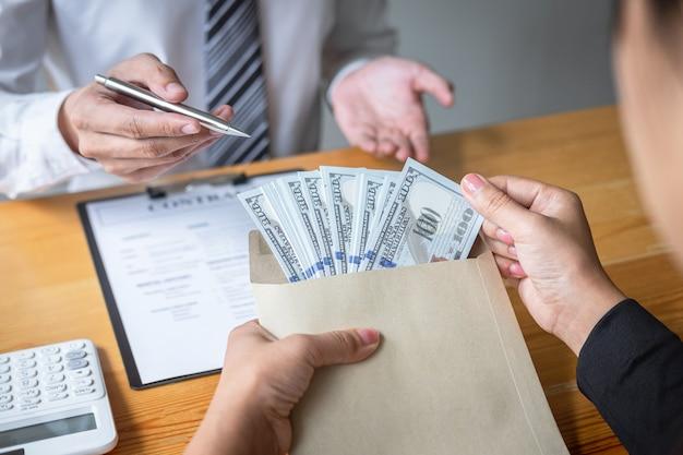 Mujer de negocios que da dinero de soborno en forma de billetes de un dólar para dar éxito al acuerdo