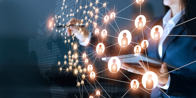 Mujer de negocios que dibuja redes globales de la estructura e intercambios de datos conexión de clientes