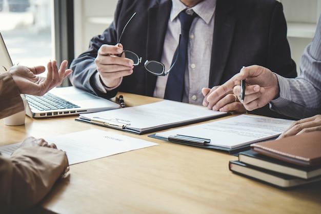 Mujer de negocios que explica sobre el perfil a dos comités de selección durante la entrevista de trabajo