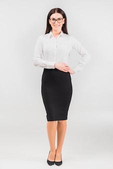 Mujer de negocios que lleva a cabo las manos en la cintura
