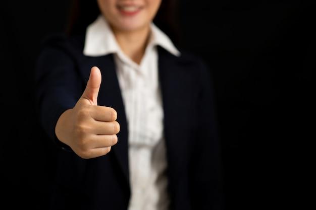 Mujer de negocios que muestra los pulgares para arriba