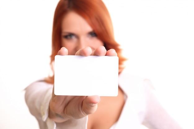 Mujer de negocios que muestra la tarjeta en blanco