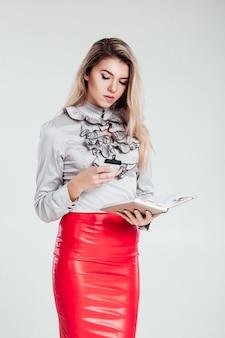 Mujer de negocios que sostiene el cuaderno