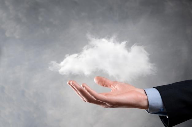 Mujer de negocios que sostiene la red de computación en la nube de símbolo y la información de datos de conexión de icono en la mano. concepto de tecnología y computación en la nube.
