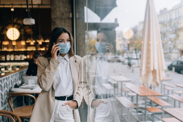 Mujer de negocios que trabaja en cuarentena hablar por teléfono