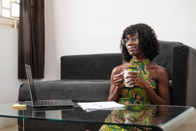 Mujer de negocios que trabaja en línea en casa