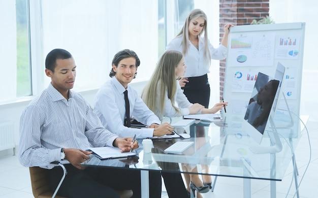 Mujer de negocios realiza una presentación de un nuevo proyecto