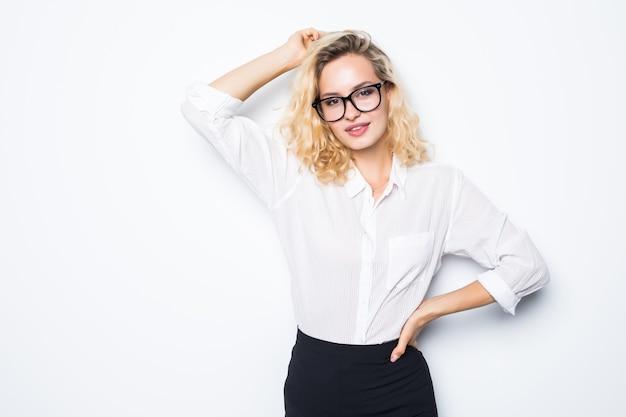 Mujer de negocios rubia feliz en anteojos sobre pared blanca