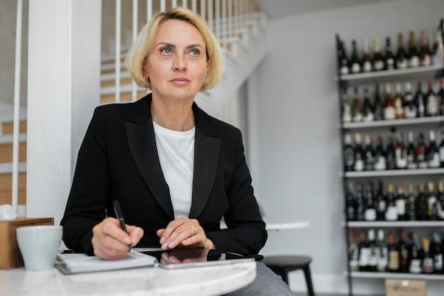 Mujer de negocios rubia madura en el trabajo