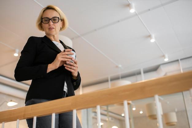 Mujer de negocios rubia trabajando