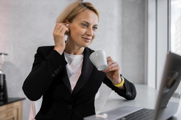 Mujer de negocios rubia en el trabajo